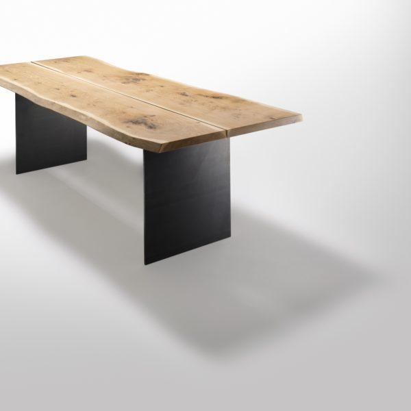Stamm Tisch mit Metallwangen in Asteiche