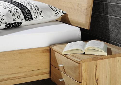 Detail - Bett Viala, Nachtkästchen in Kernbuche